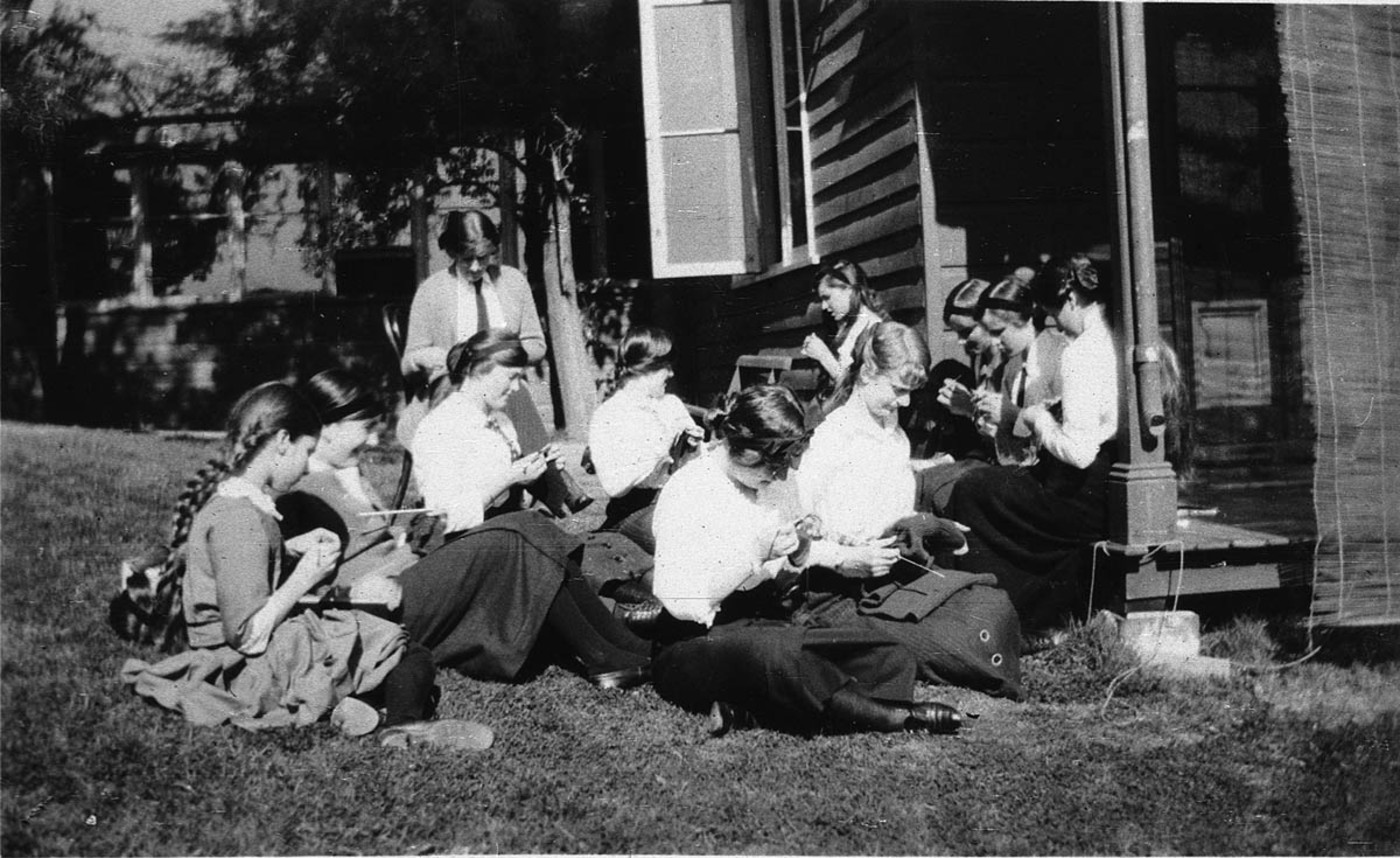 """""""Knitting_for_our_soldiers""""_-_Kambala_School,_Sydney,_NSW,_between_1914-1918_-_photographer_unknown_(4658764197).jpeg"""